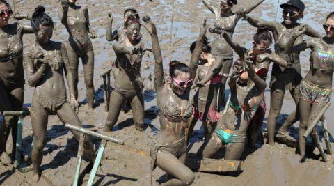Hình ảnh nóng bỏng của hotgirl Trung Quốc trong lễ hội tắm bùn