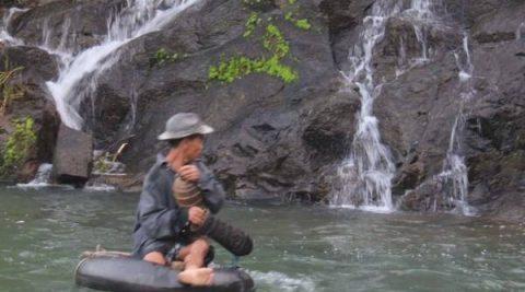 Du lịch Quảng Ngãi, săn tôm càng bên dòng thác bạc